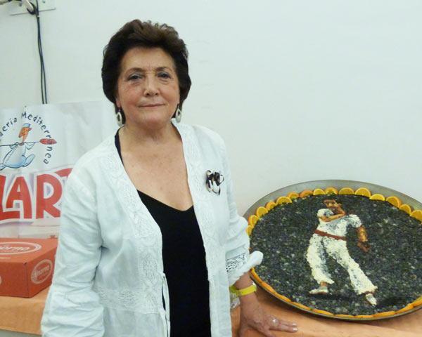 teresa Roig l'any passat amn la paella artistica en homenatge al pilotaire Juliet