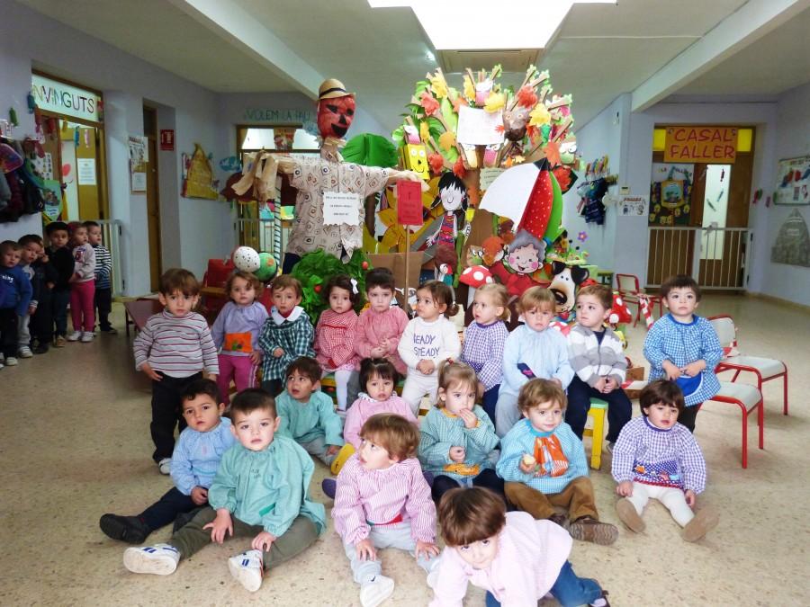 Part dels alumnes del primer curs de l'escoleta infantil Salvador Bosch davant de la falla