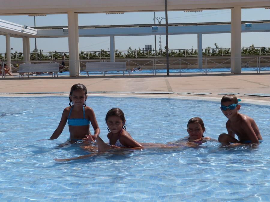 xiquets gaudint del bany a la piscina municipal d'Alginet